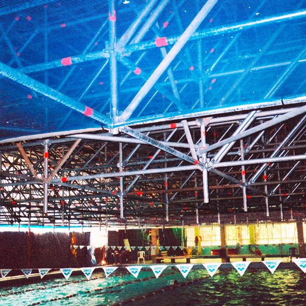 Échafaudage suspendupour réfection de la toiture: plateforme de 1250 m² > travaux réalisés – piscine en activité > Lieu: Clichy la garenne…