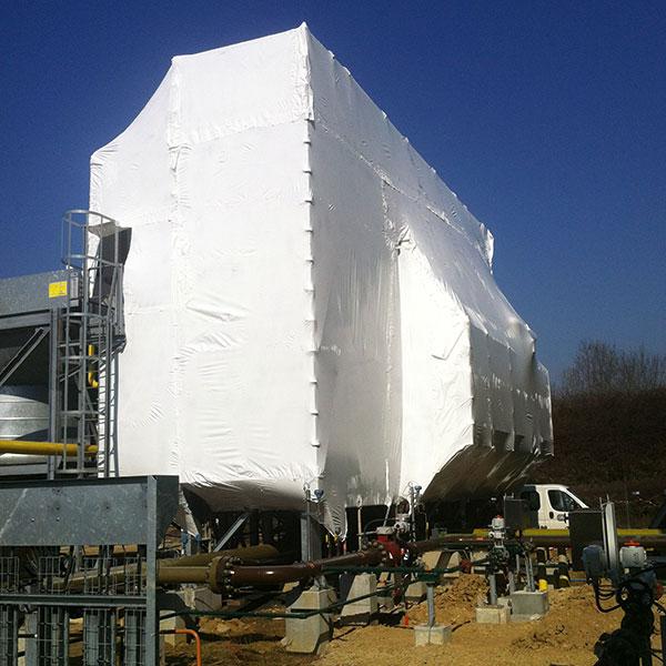 Confinement sur unité de production de gaz Mise en place d'une structure d'échafaudage avec bâche thermorétractable…