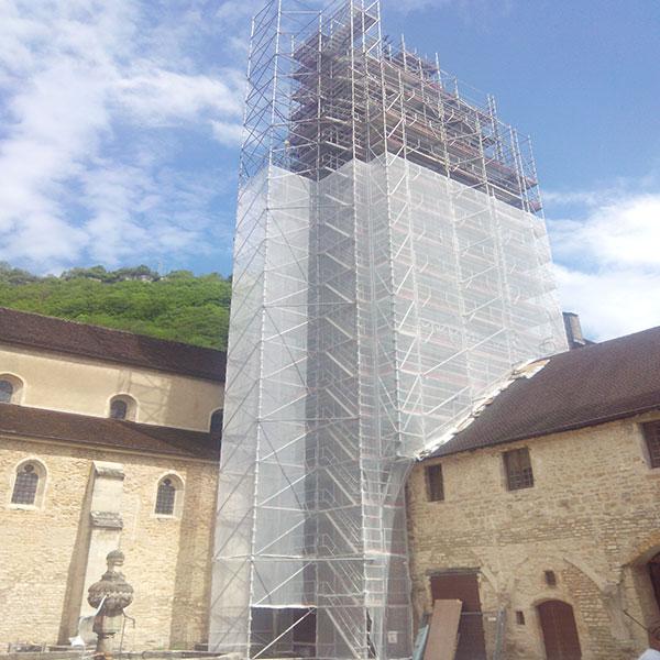 Réfection du clocher de l'Abbaye de Baume les messieurs Mise en place d'échafaudages et d'une tour de levage – accès par volée d'escalier  Filet de protection – hauteur 40 mètres…