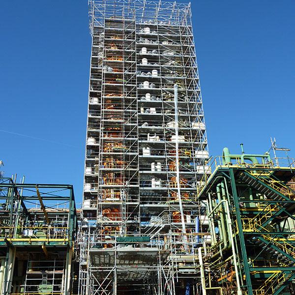 Unité pétrochimique Échafaudages avec parapluie et monte charge sur 2 colonnes Hauteur totale 52 mètres…