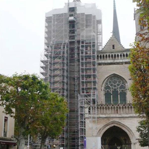 Réfection de la tour nord de la cathédrale St Bénigne Mise en place d'échafaudages avec monte charge – Hauteur totale 65 m…