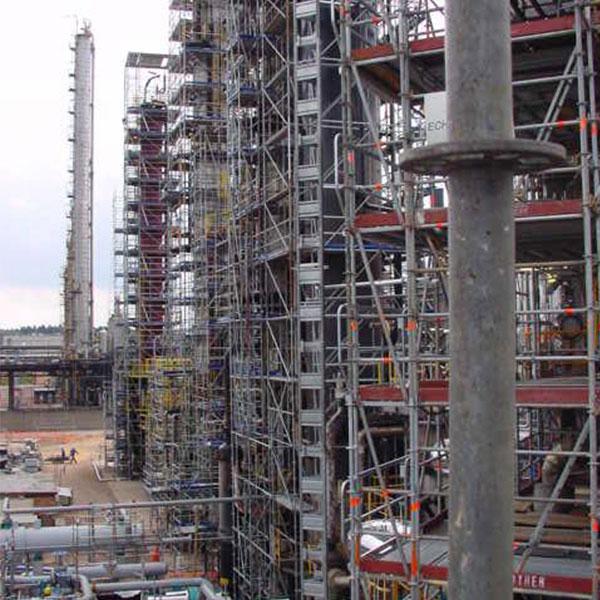 Travaux de revamping dans unité pétrochimique Echafaudage sur colonnes racks et équipement conception, montage et fourniture de plateforme d'accès hauteur maxi 71 mètres…