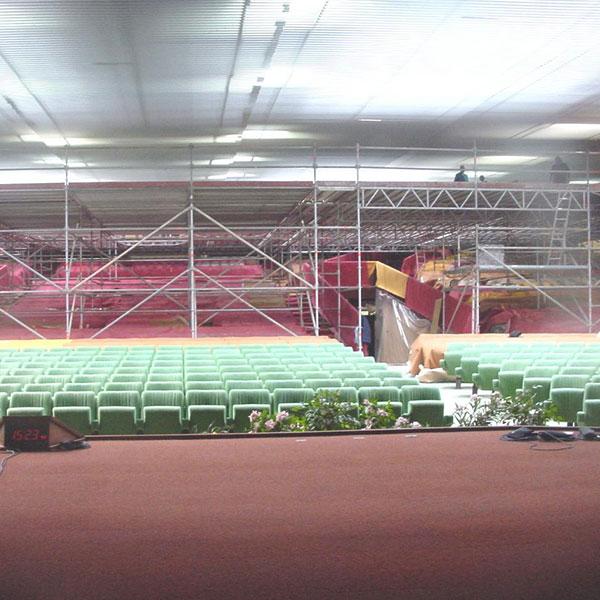 Travaux de réfection charpente et plafond suspendu Pose d'une plateforme d'échafaudage dans Auditorium…